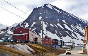 stilts buildings in longyearbyen