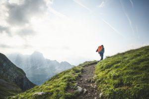 Via Alpina, 9. Etappe, Engstlenalp-Meiringen: Jana geht einen der schoensten Panoramawege der Alpen entlang, links Radlefs- und Maehrenhorn im Morgenlicht.