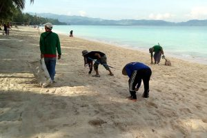 Beach clean up in Borocay - oppurtunities for volunteering in the Philippines
