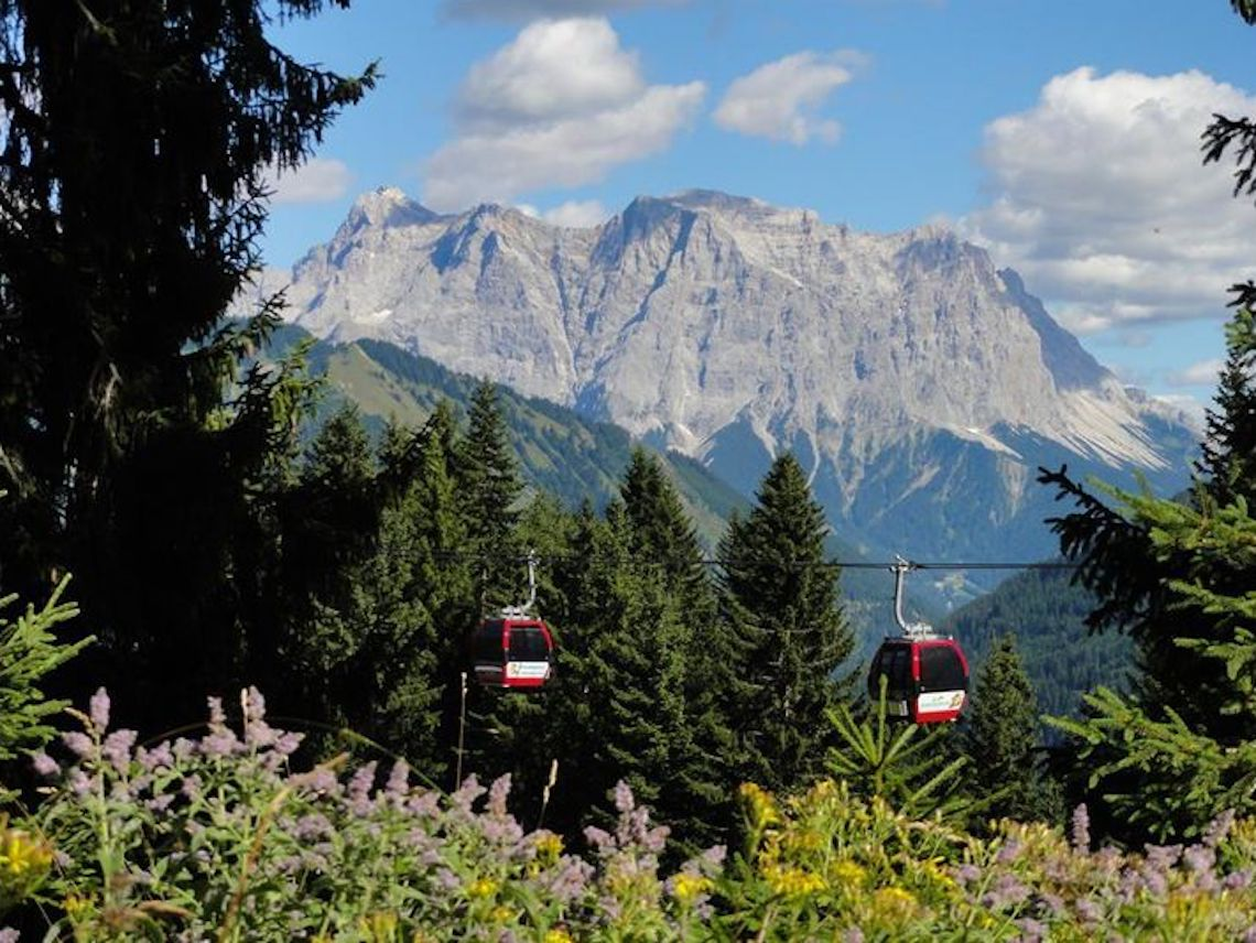 Cable cars from the alpine hut - best views in Zugspitz Arena